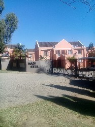 Ideal for a young professional: 2-bedroom townhouse to rent in upmarket Erasmuskloof, just off N1